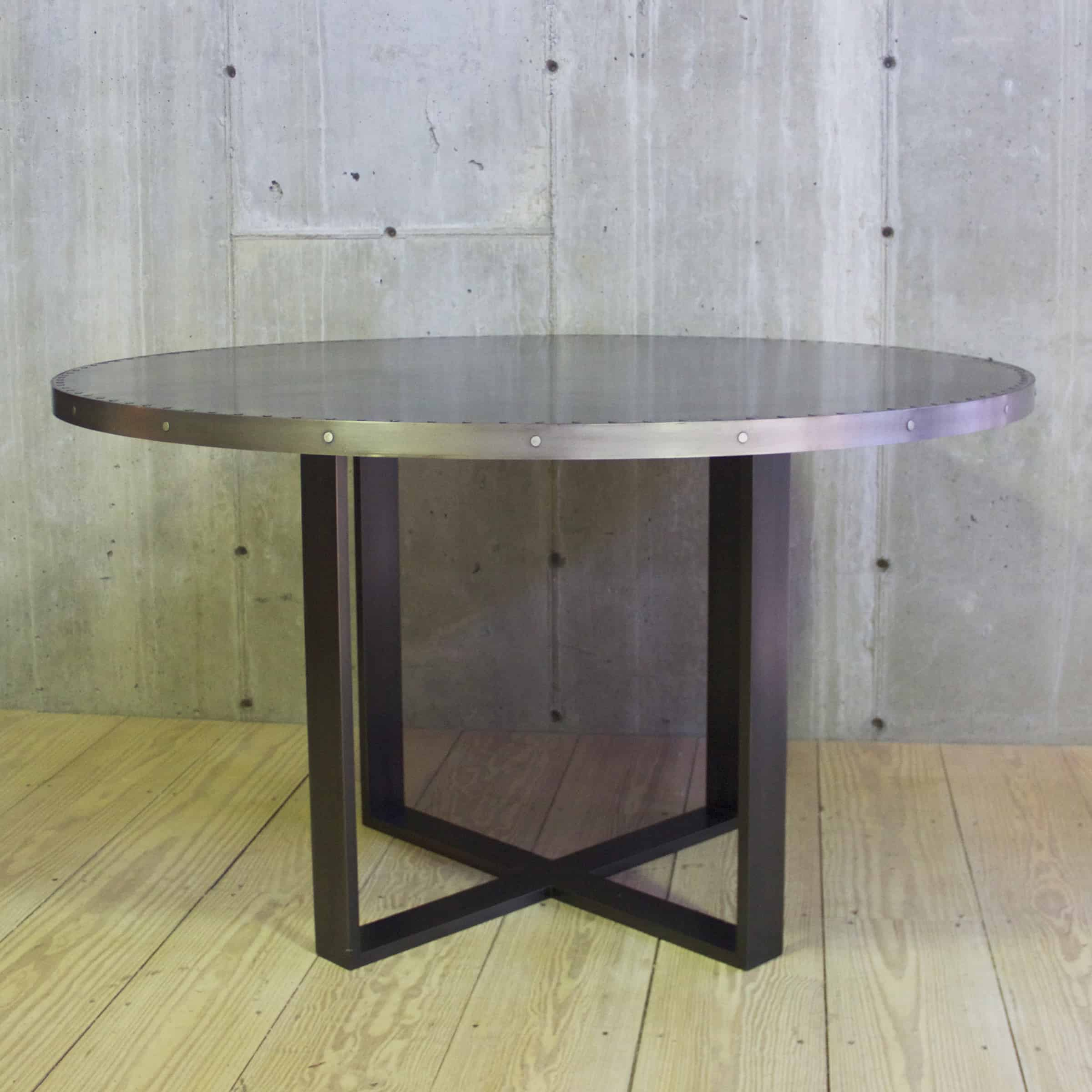 Intersection dining table with round blackened zinc top for Table exterieur zinc
